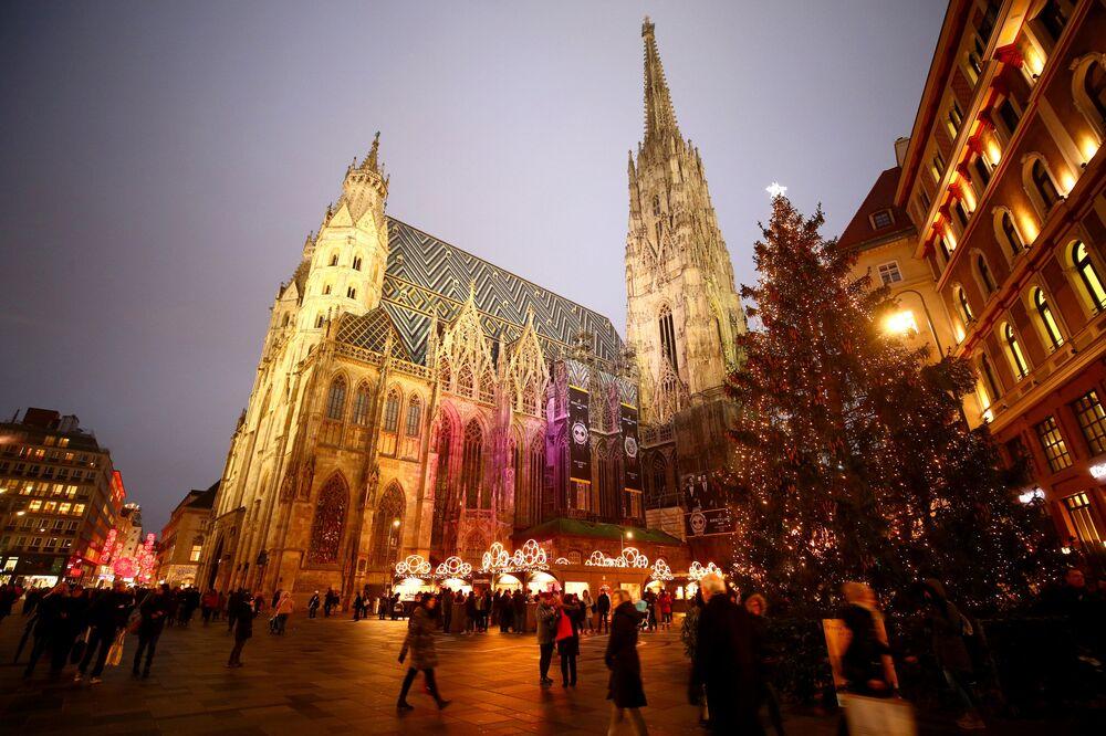 Árvore de Natal e uma feira natalina em frente à Catedral de Santo Estêvão em Viena, na Áustria