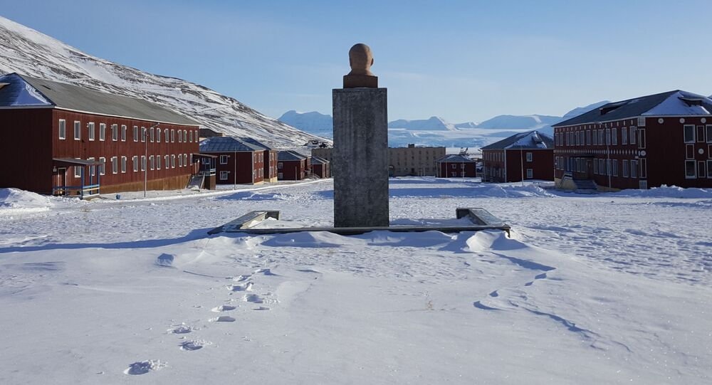 Praça central com monumento a Vladimir Lenin em Svalbard