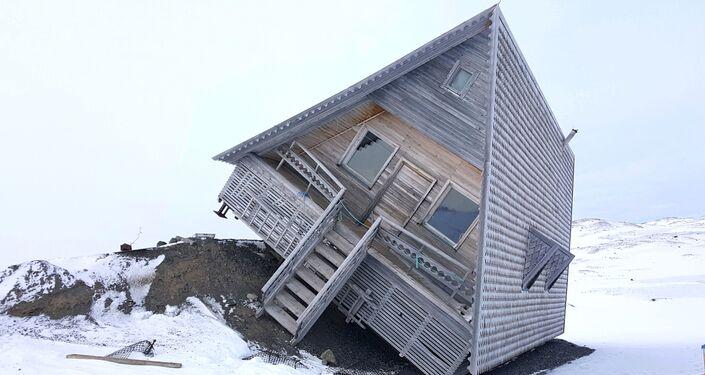 Uma casa inclinada no povoado Piramida