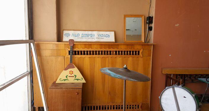 Instrumentos musicais da época soviética no edifício da escola no povoado em Svalbard