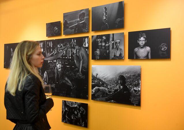 Uma visitante assiste ao Concurso Internacional de Fotografia Andrei Stenin 2018  em Moscou