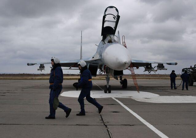 Pilotos do caça Su-30M2 no aeródromo de Belbek, perto de Sevastopol
