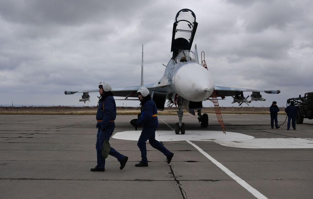 Pilotos de caças Su-30M2 no aeródromo de Belbek, perto de Sevastopol