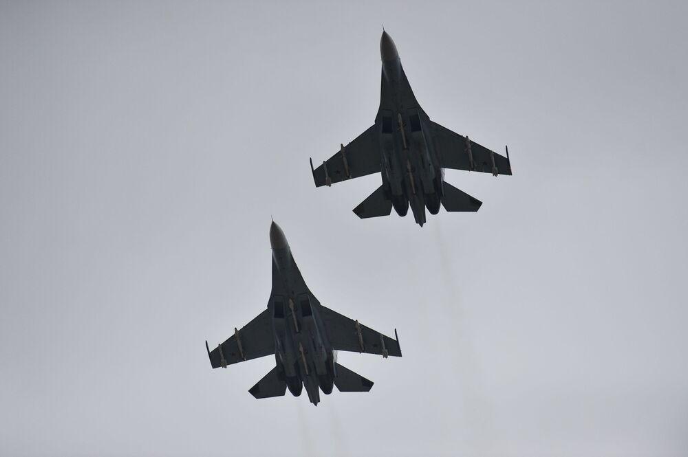 Caças Su-30M2 sobre o aeródromo de Belbek, perto de Sevastopol