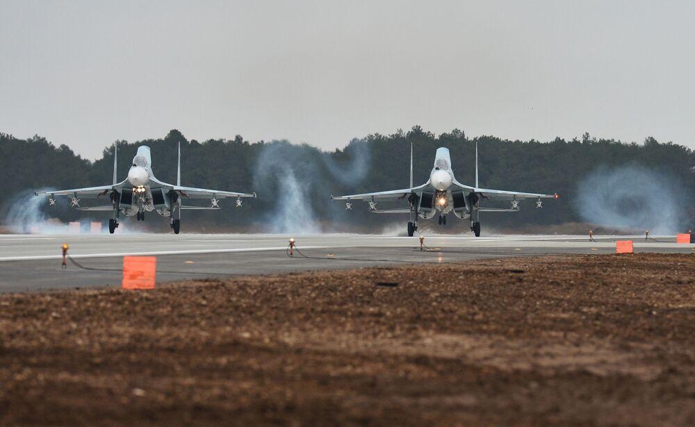 Caça Su-30M2 no aeródromo de Belbek, perto de Sevastopol