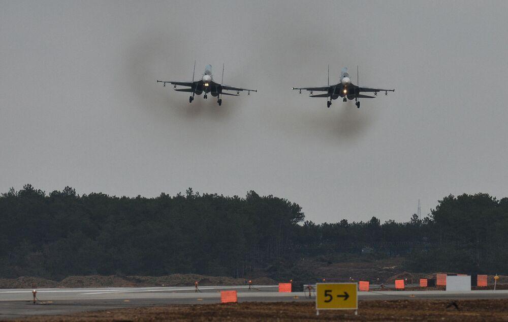 Caças Su-30M2 no aeródromo de Belbek, perto de Sevastopol