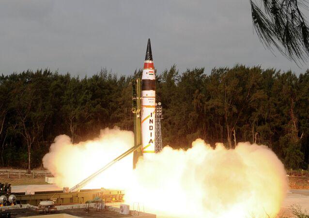 Míssil indiano Agni-5 durante lanãmento (imagem referencial)