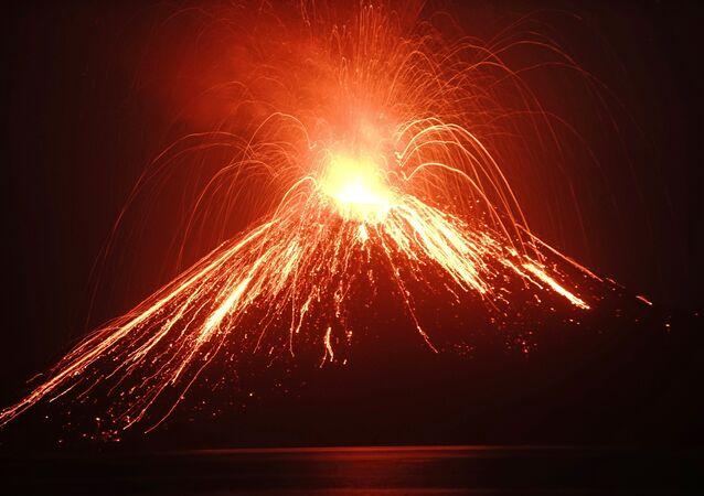 Vulcão Anak Krakatoa, localizado no estreito de Sunda
