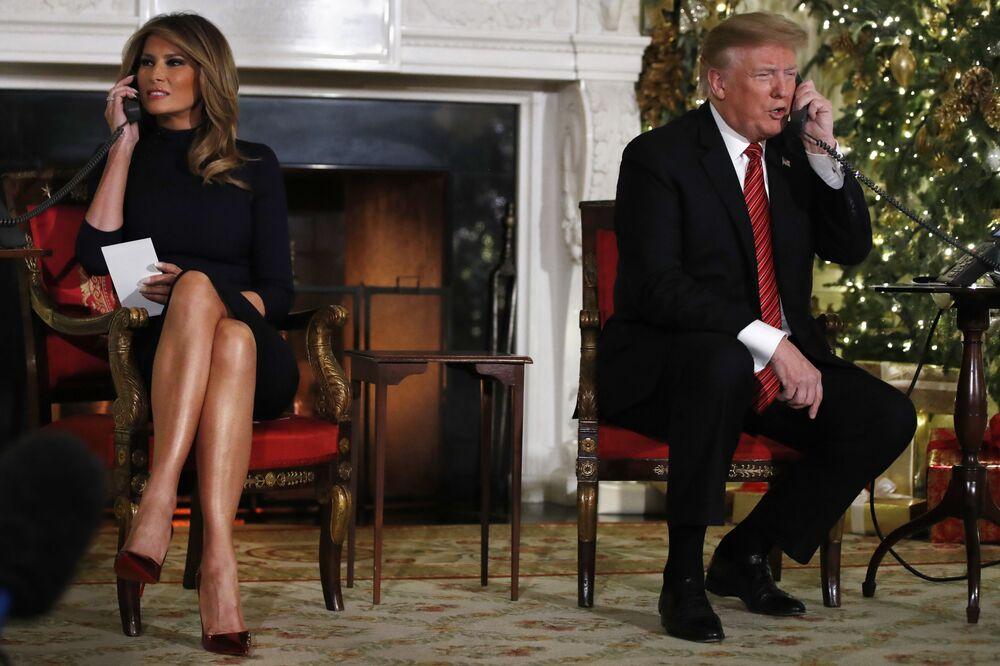 Presidente norte-americano Donald Trump e primeira-dama Melania Trump falam ao telefone enquanto compartilham atualizações para acompanhar os movimentos do Papai Noel do Comando de Defesa Aeroespacial da América do Norte (NORAD), 24 de dezembro de 2018