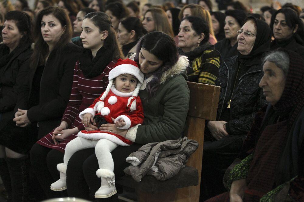 Cristãos iraquianos assistem à missa na véspera de Natal, na cidade predominantemente cristã de Qaraqosh, a cerca de 30 quilômetros de Mosul, Iraque, em 24 de dezembro de 2018