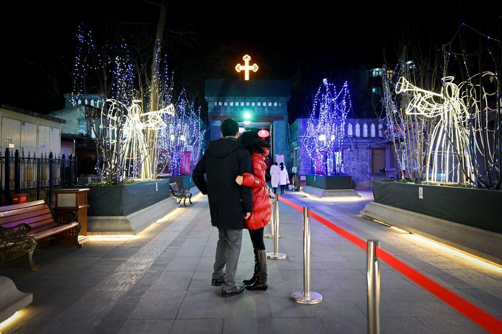 Casal tira foto em igreja católica enquanto se prepara para assistir a missa na véspera de Natal em Pequim, China, em 24 de dezembro de 2018