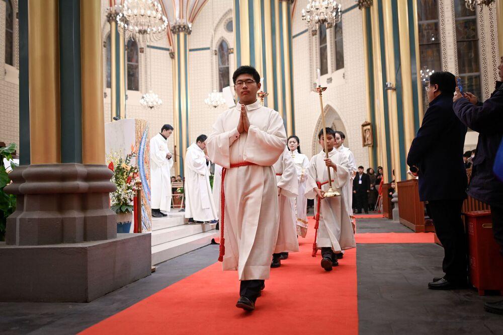 Clero católico chinês assiste a missa durante véspera de Natal em igreja católica em Pequim, China, 24 de dezembro de 2018