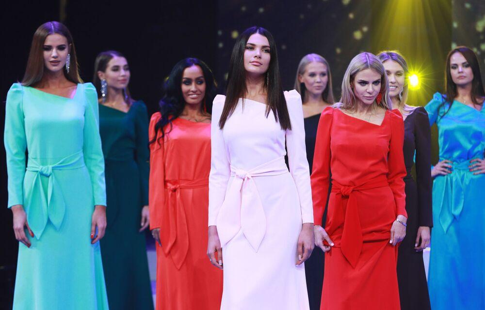 Concorrentes da competição de beleza Miss Moscou 2018, posam para foto de vestido longo, Rússia, 24 de dezembro de 2018