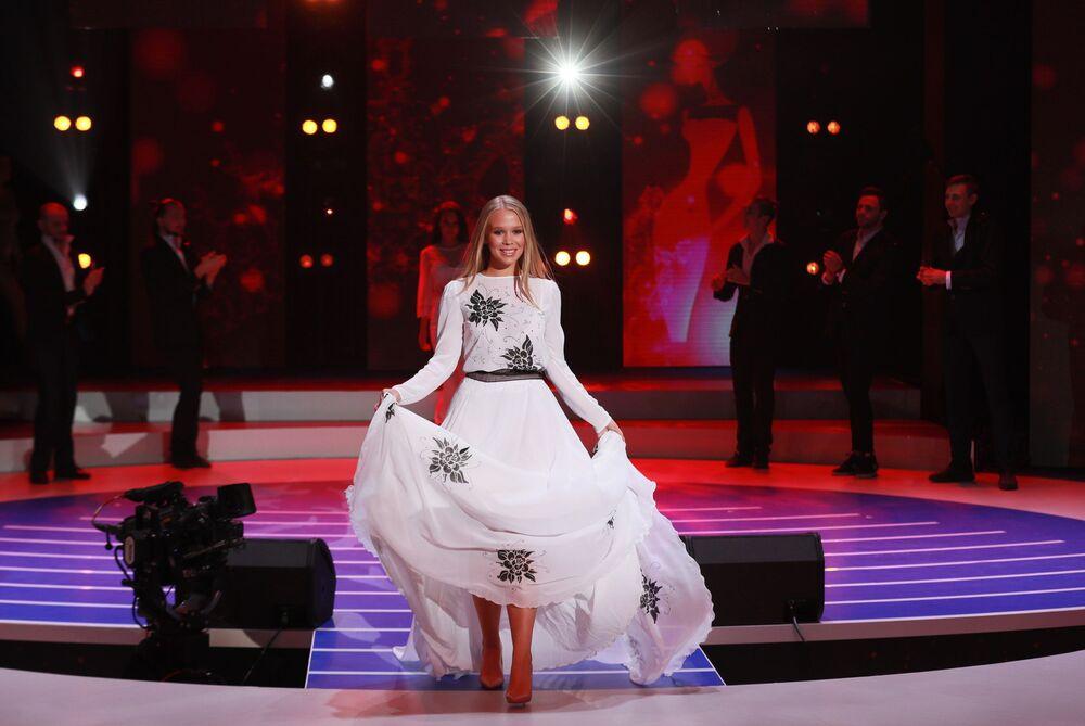 Elizaveta Barysheva, participante russa, desfila com vestido longo durante concurso de beleza realizado na capital russa de Moscou, 24 de dezembro de 2018