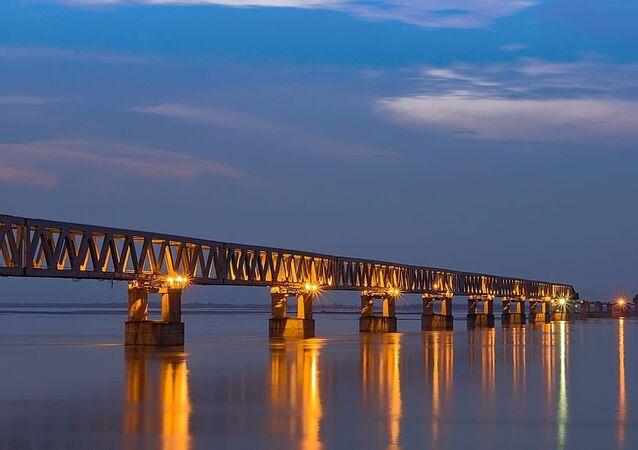 Ponte de Bogibeel é uma ponte combinada de estrada e de trilho de ferro, localizada no distrito de Dibrugarh, no estado indiano de Assam
