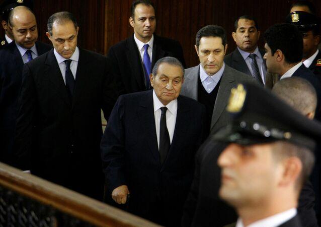 Ex-presidente do Egito Hosni Mubarak chega para testemunhar na Academia Nacional de Polícia do Cairo, Egito