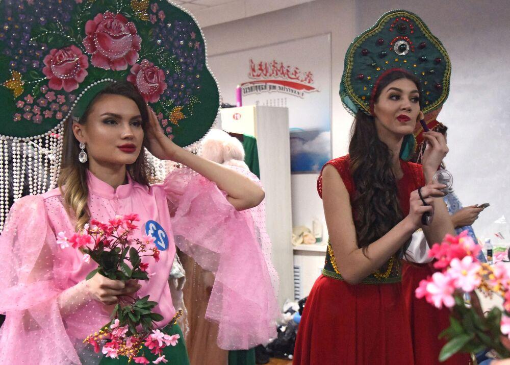 Russas se preparam para mostrar trajes nacionais no concurso internacional Enviadas da Beleza 2018