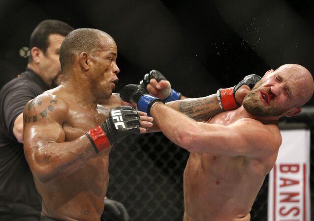 Hector Lombard (esquerda) contra Josh Burkman no UFC 182