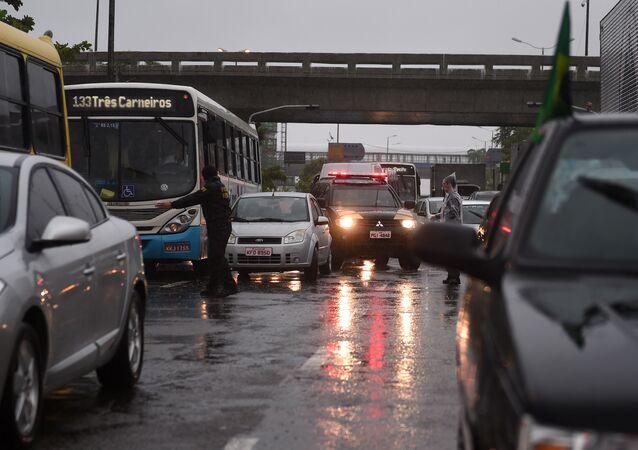 De acordo com estudos do governo brasileiro, em 2014, foram cerca de 50 mil mortes e quase 500 mil feridos nas estradas brasileiras