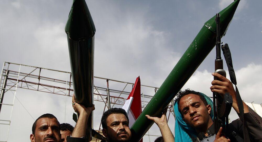 Apoiantes dos rebeldes houthis mostram modelos de mísseis durante uma manifestação na capital do Iêmen.