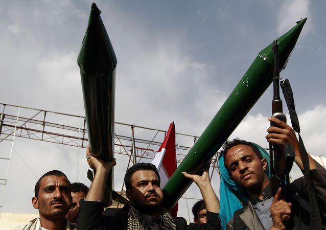 Apoiadores dos rebeldes houthis mostram modelos de mísseis durante uma manifestação na capital do Iêmen.