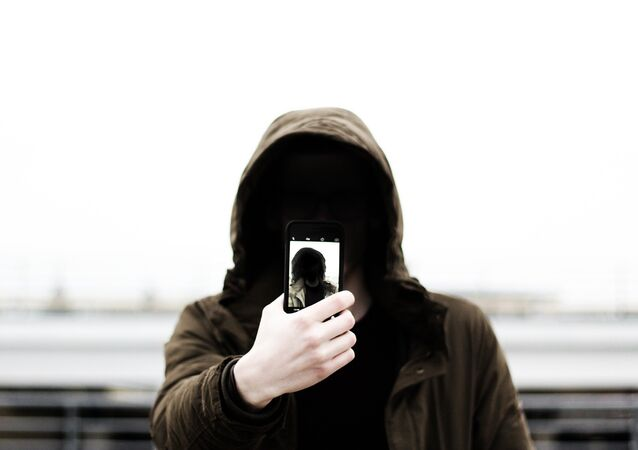 Usuário com um smartphone (imagem referencial)
