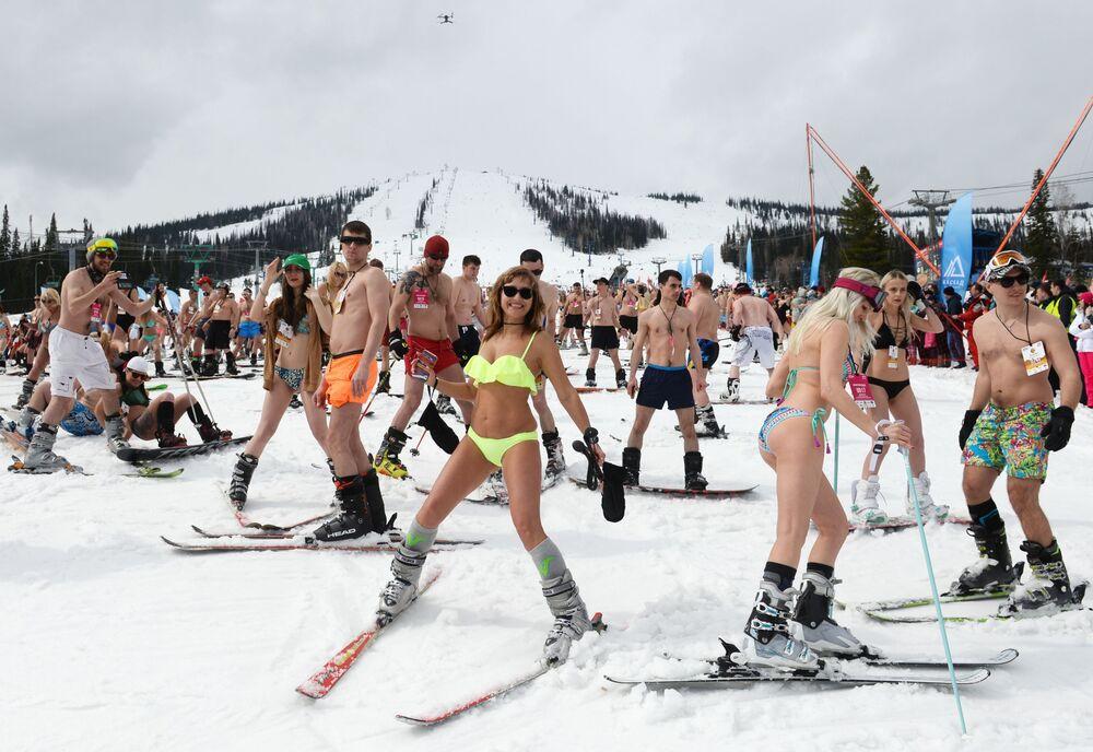 Participantes da descida de esqui em massa no âmbito do festival Grelka Fest no povoado de Sheregesh, região de Kemerovo.