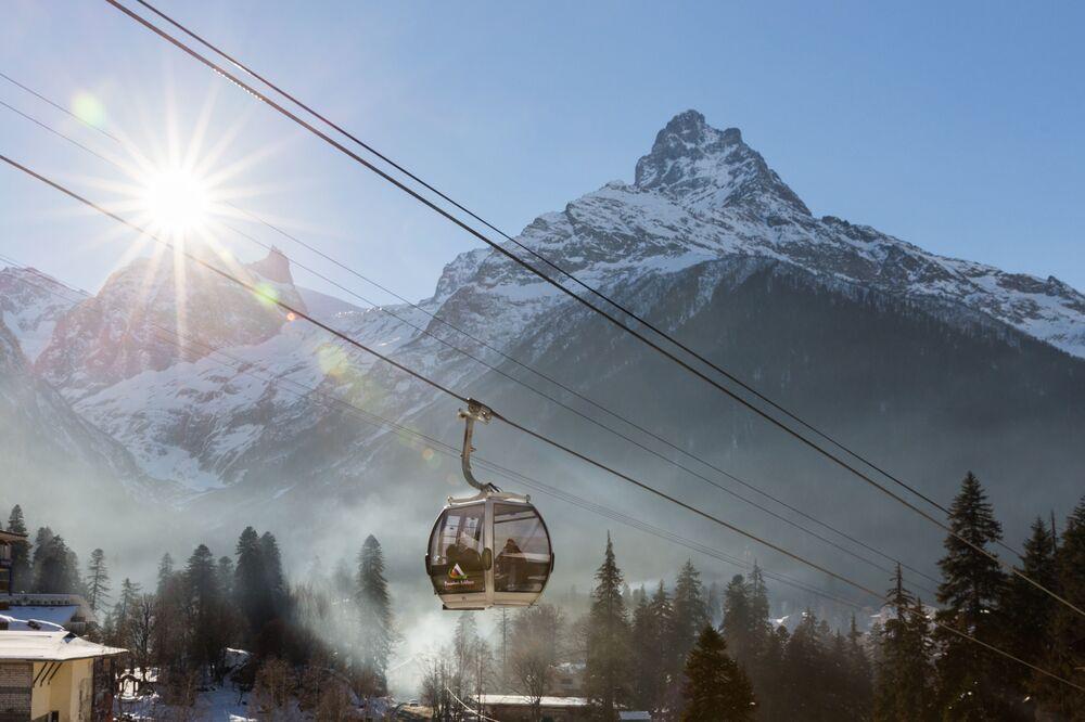 Teleférico na estação de esqui Dombay