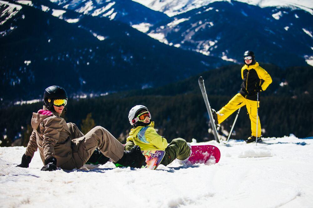 Turistas na estação de esqui e snowboard Arkhyz