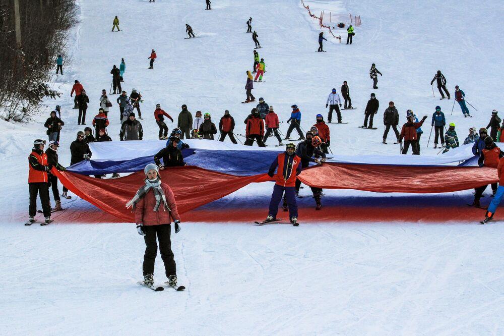Turistas e atletas durante a abertura da estação de esqui Sobolinaya Gora, em Baikalsk