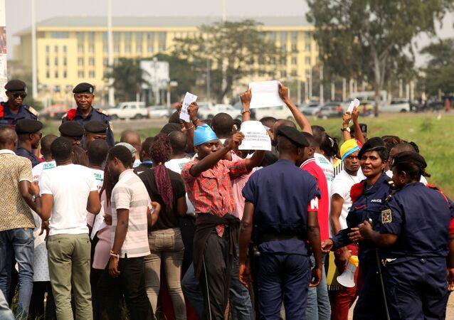 Policiais congoleses detêm manifestantes que pediam a saída do presidente do país, Joseph Kabila, em Kinshasa (arquivo)