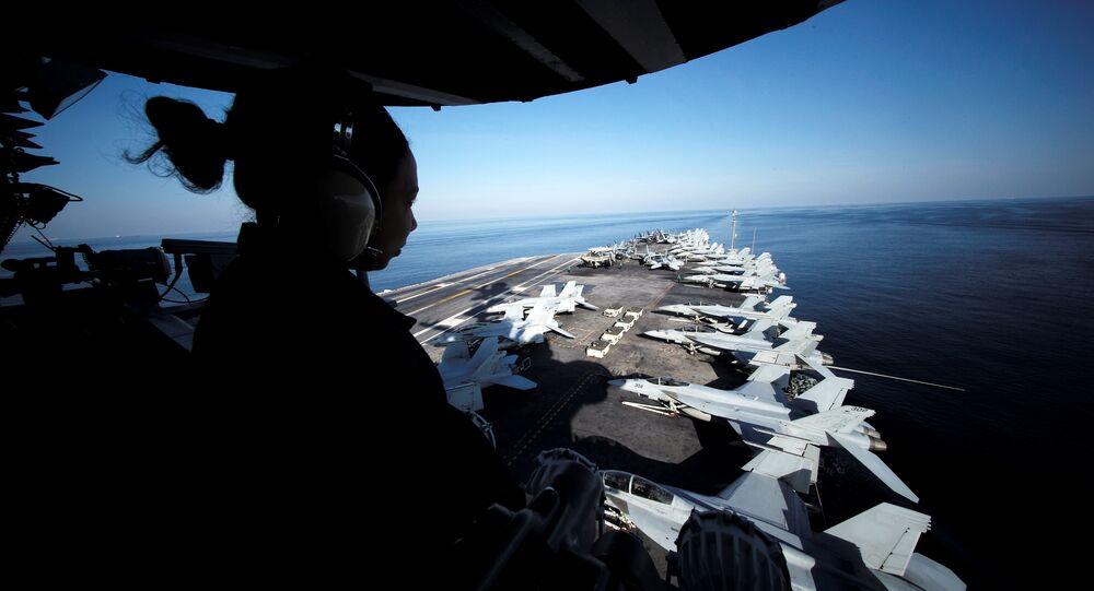 Um marinheiro dos Estados Unidos mantém vigília a bordo do USS John C. Stennis, que segue para o Golfo pelo Estreito de Ormuz, em 21 de dezembro de 2018.
