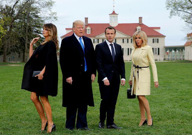 Presidente dos EUA, Donald Trump, e seu homólogo francês, Emmanuel Macron, no jardim da Casa Branca acompanhados por suas esposas Melania Trump e Brigitte Macron