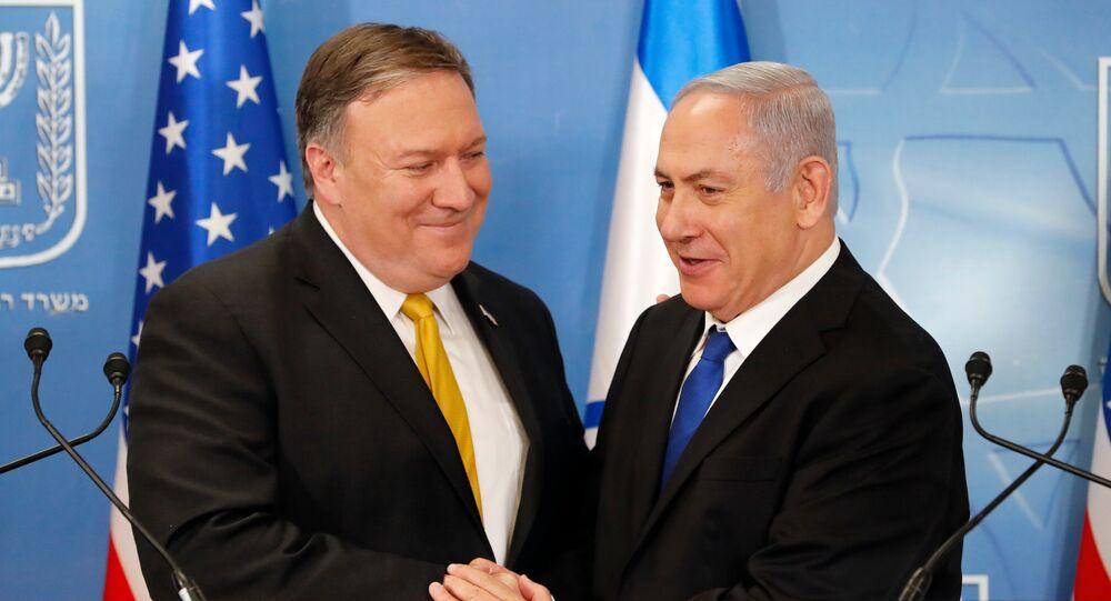 O secretário de Estado norte-americano, Mike Pompeo, com o premiê de Israel, Benjamin Netanyahu, no Ministério da Defesa israelense, em Tel Aviv