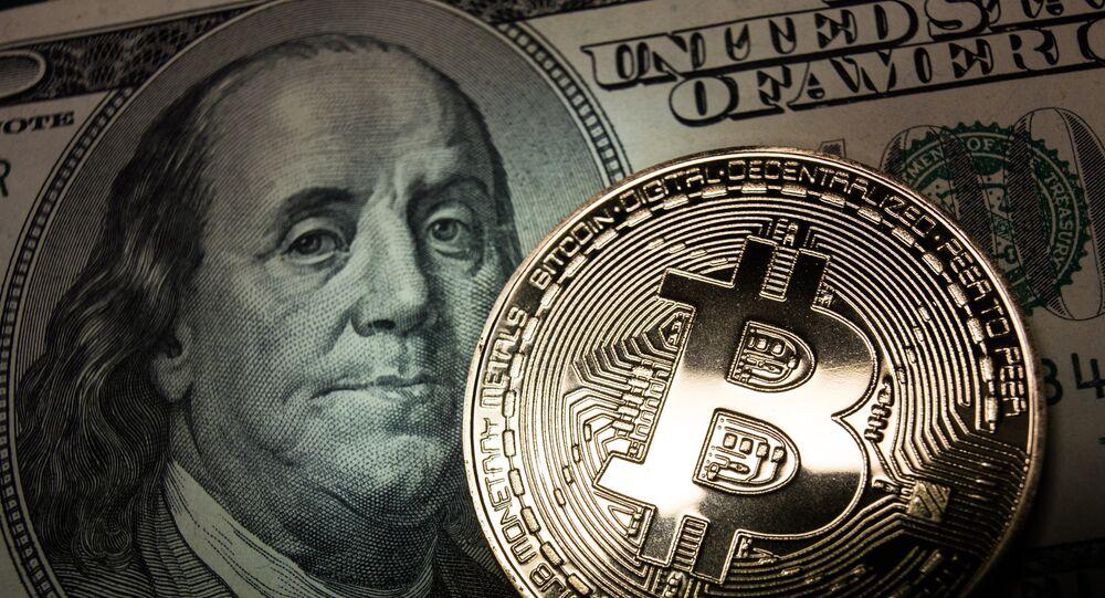 Bitcoin e uma nota de dólar, imagem ilustrativa