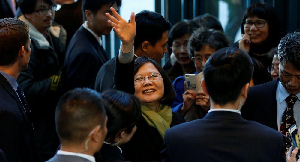 Presidente de Taiwan Tsai Ing-wen acena para apoiadores.
