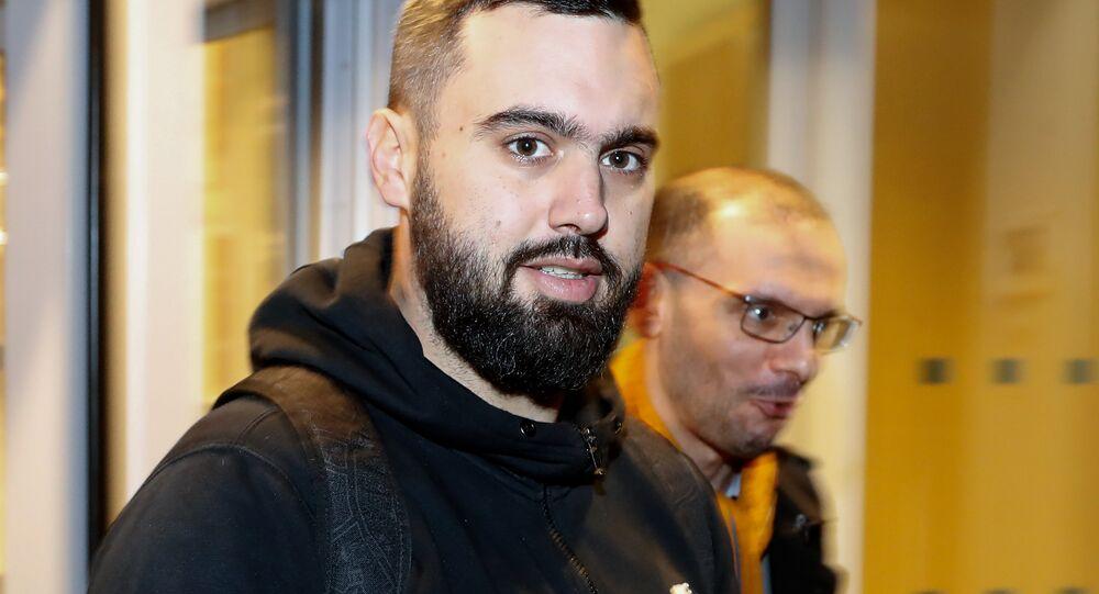 Essa foto foi tirada em 23 de dezembro de 2018 e mostra Eric Drouet, líder dos 'coletes amarelos', ao lado de seu advogado, Kheops Lara, após deixar a detenção. Drouet voltou a ser preso em 2 de janeiro de 2019.