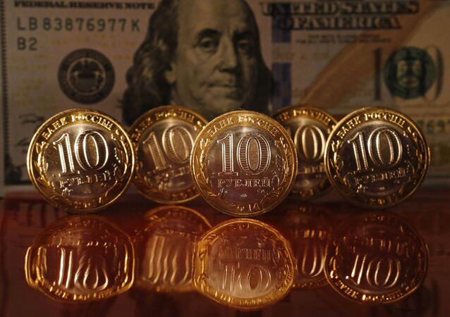 Moedas de rublos da Rússia e nota de dólar norte-americano