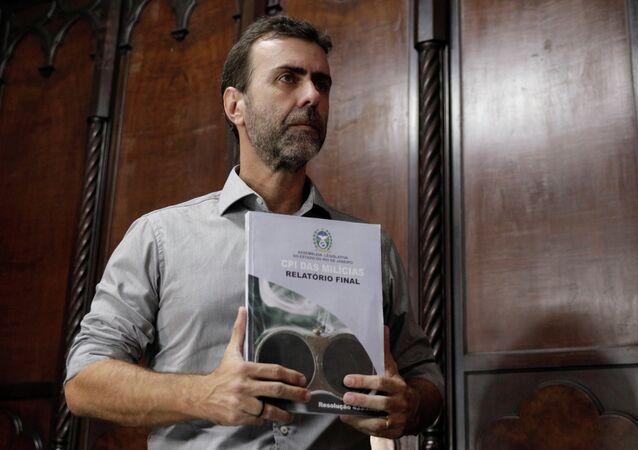 Marcelo Freixo com o relatório da CPI das Milícias.