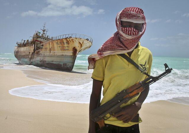 Pirata somali mascarado perto de navio de pesca taiwanês, na Somália (imagem referencial)