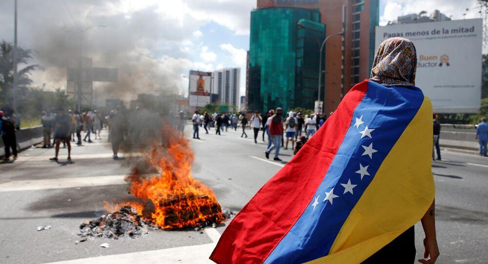 Manifestantes enfrentam policiais durante uma manifestação para pedir a remoção do presidente da Venezuela, Nicolas Maduro, do cargo (arquivo)
