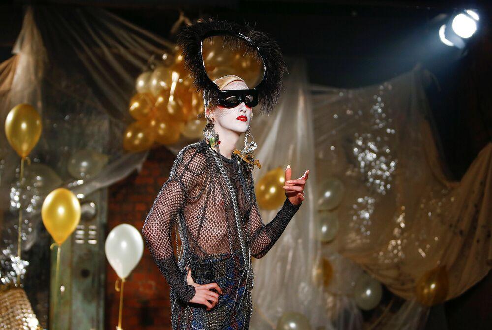 Modelo durante a apresentação da nova coleção masculina na Semana de Moda de Londres, Inglaterra
