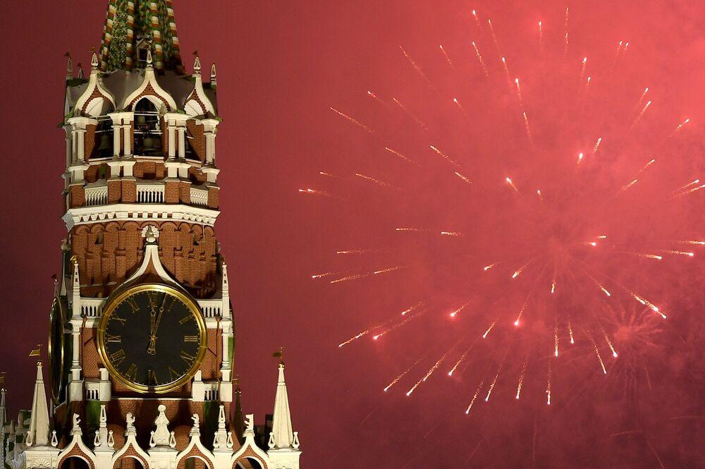 Fogos de artifício no céu sobre o Kremlin, na comemoração de Ano Novo
