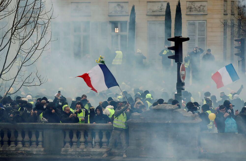 Protestos dos coletes amarelos continuam em Paris, França