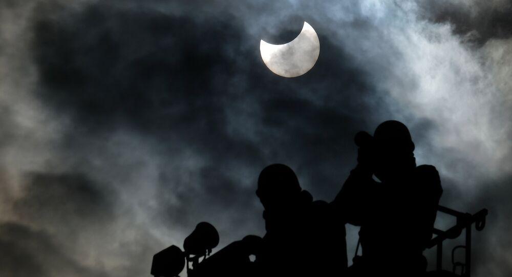 O primeiro eclipse solar parcial de 2019, observado desde Tóquio,  Japão