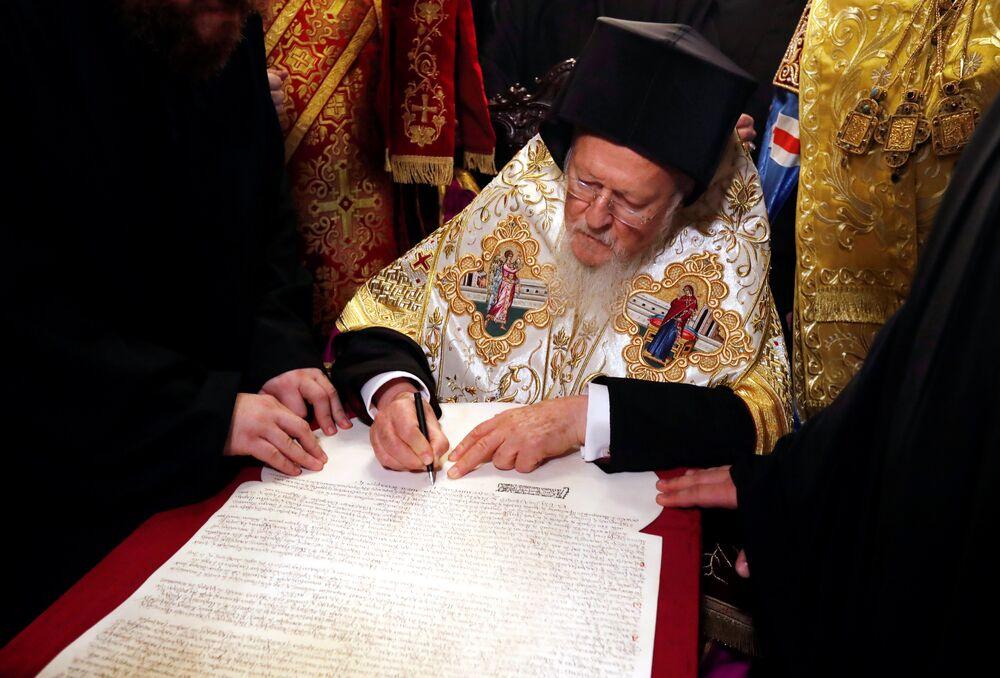 Patriarca de Constantinopla, Bartolomeu, assinando decreto de autocefalia para a nova Igreja da Ucrânia