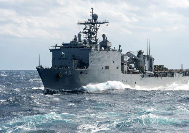 Navio USS Fort McHenry da Marinha americana