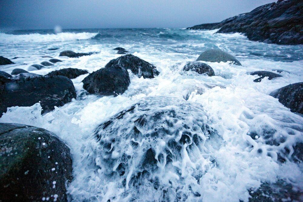 Paisagem da costa da península de Kola durante o inverno