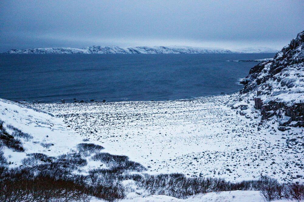 Vista da costa do mar de Barents, na península de Kola (Rússia), durante o inverno