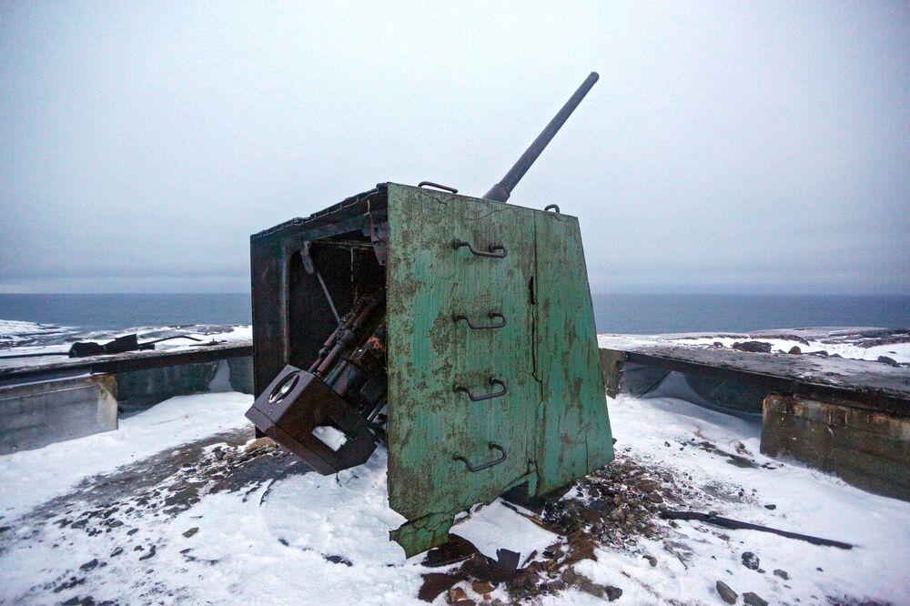 Peça de artilharia da época da Grande Guerra pela Pátria (parte da 2ª Guerra Mundial) na costa da península de Kola, Rússia